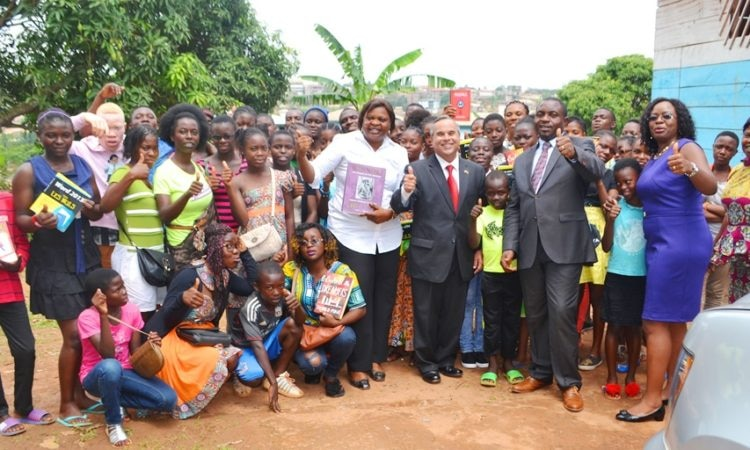 On April 5, 2017, U.S. Embassy Public Affairs Officer Roberto Quiroz II and Mr. Prince Leonard Mabengue Junior, Cameroon's only FIFA certified Match Agent, greeted youth at the Mendong Children Development Program (CDP) in Yaounde.